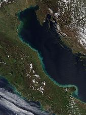Banda verdosa alrededor de la costa adriática de Italia