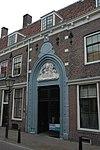Laat-gotische poort van het regulierenklooster met weeshuispoort