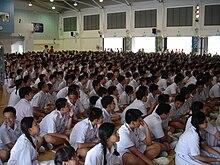 Centinaia di studenti in divisa, in una scuola di Singapore.