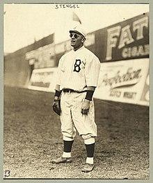 Stengel stojí v outfield, hrát svou pozici a sluneční brýle