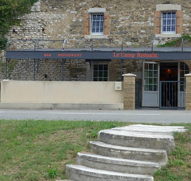 Murailles romaines située à Toulaud en Ardèche, les vestiges du camp romain se trouve à la fois sur le domaine publique et dans une propriété privée ouverte au publique puisqu'il s'agit d'un bar-restaurant.