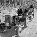 Tractor met oogstkuip en druivenplukkers op de wijnberg, Bestanddeelnr 254-4186.jpg