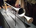 Trompette d'argent et sa sourdine en bois du tombeau de Toutânkhamon.jpg
