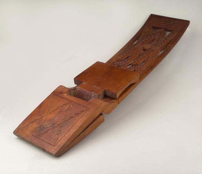 File:Tropenmuseum Royal Tropical Institute Objectnumber 4440-57 Houten opklapbank, uit n stuk gesneden.jpg