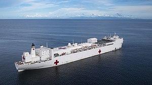USNS Comfort (T-AH 20) jest zakotwiczony u wybrzeży La Brea, Trynidadu i Tobago.  (48677005558).jpg