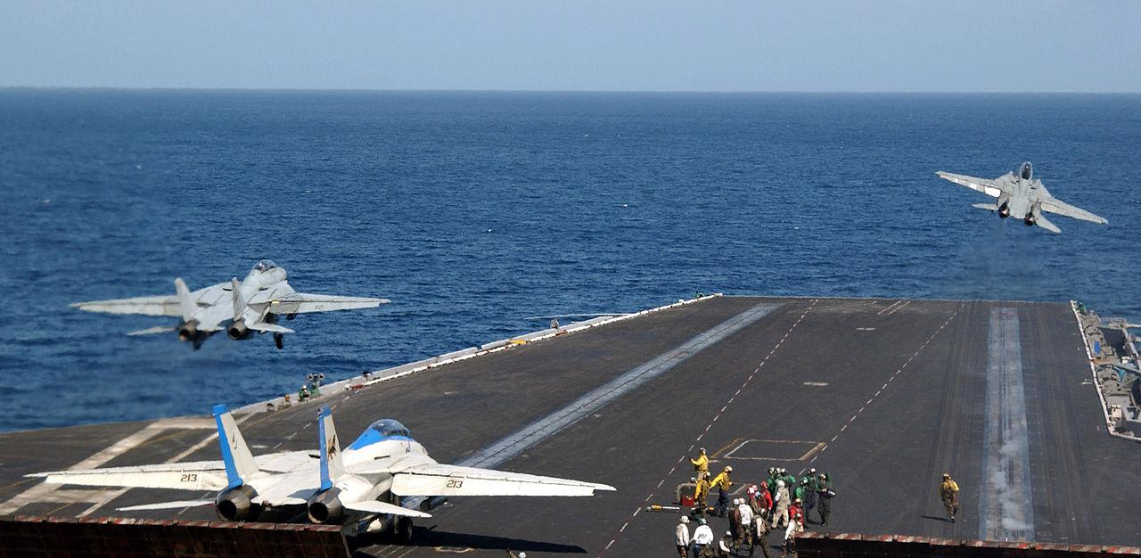 Como os aviões decolam e pousam nos porta-aviões?