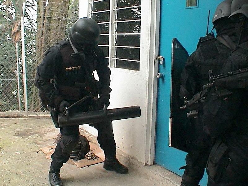 Galeria  Policia Federal  800px-UTK_PGK_broke_the_door
