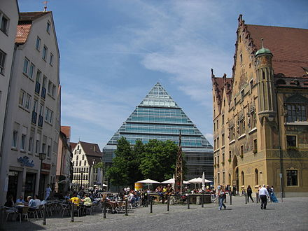 Ulm Marktplatz (market square) with town hall (right) and public library (center) Ulm Marktplatz.jpg