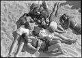 Unge mennesker på stranden (5876671697).jpg