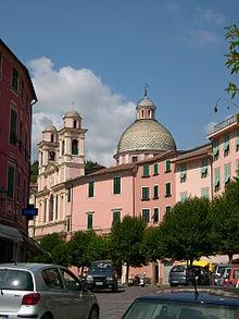 Scorcio del centro di Varese Ligure con la chiesa dei Santi Filippo Neri e Teresa d'Avila
