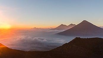 Les volcans de Fuego, de Agua et Acatenango vus depuis les pentes du Pacaya, dans la sierra Madre de Chiapas, au Guatemala. (définition réelle 4882×2746)