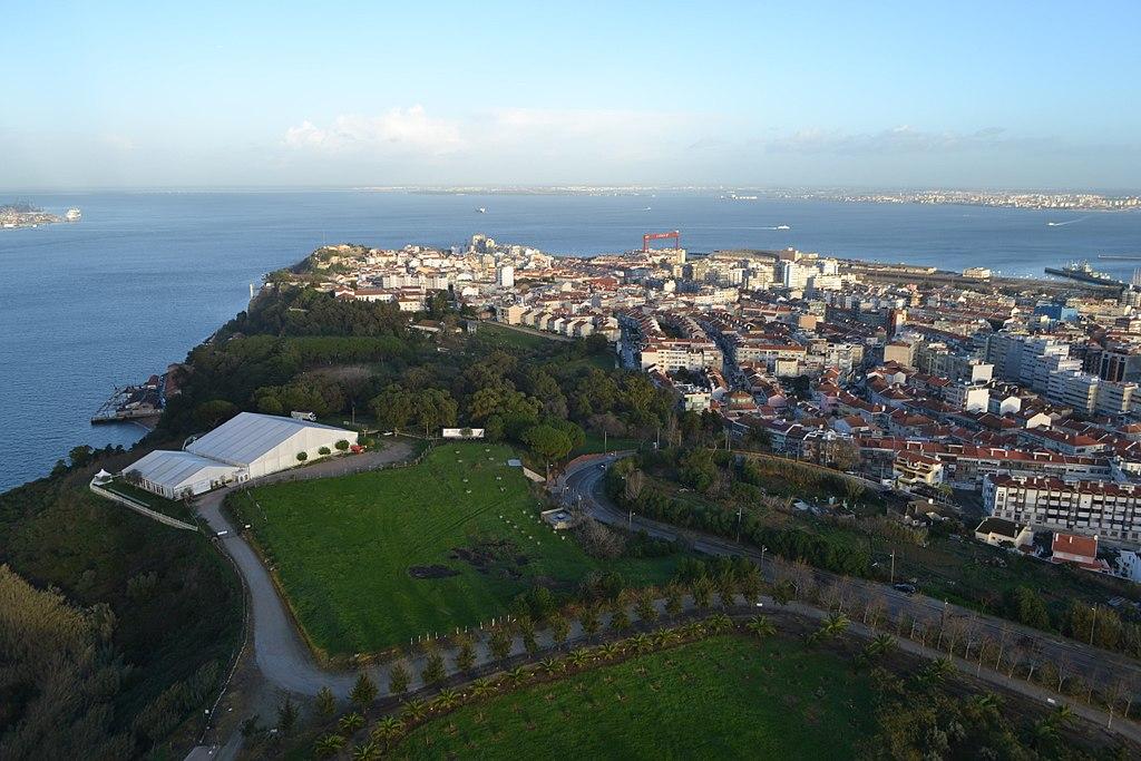 Vue sur le Tage et sur la rive sud de l'agglomération de Lisbonne. Photo de Janko Hoener