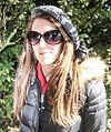 Vrouw met een grote zonnebril en muts.jpg