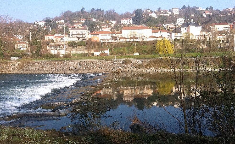 Vue du village de Neyron et du canal de Miribel au premier plan, depuis le parc de Miribel-Jonage.