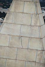 Fissure dans une pierre au sommet du monument après le tremblement de terre de 2011 en Virginie