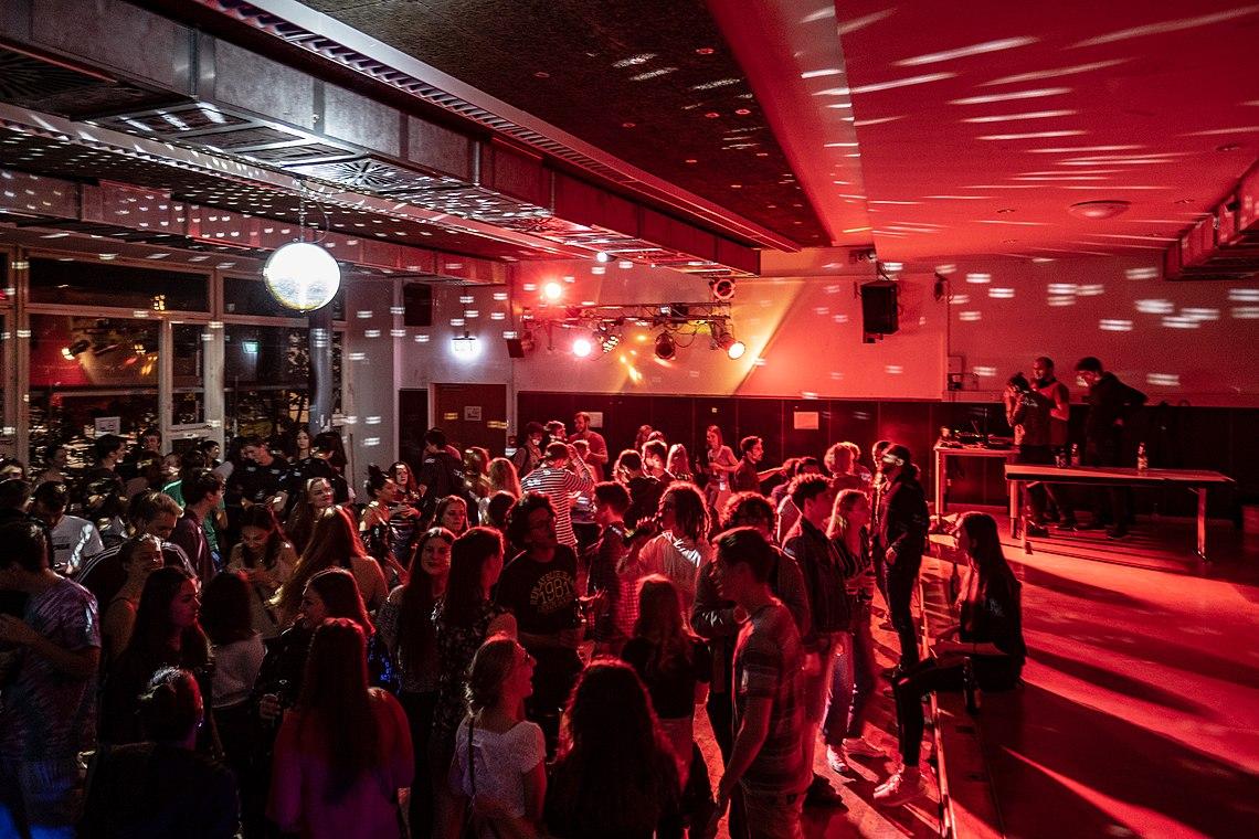 Westlicher Tanzbereich im Clubhaus Tübingen am nördlichen Eingang.jpg