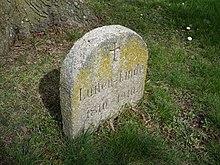 Gedenkstein am Fuß der Luisen-Linde in Babitz (Quelle: Wikimedia)
