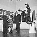 Willem van Capellen (rechts) in gesprek met mejuffrouw Zeelenberg (midden) bij d, Bestanddeelnr 917-8622.jpg