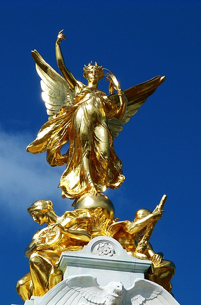Datei:Winged Victory, Victoria Memorial, London.jpg
