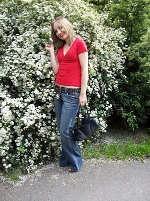 English: Woman in red tea-shirt and blue jeans...