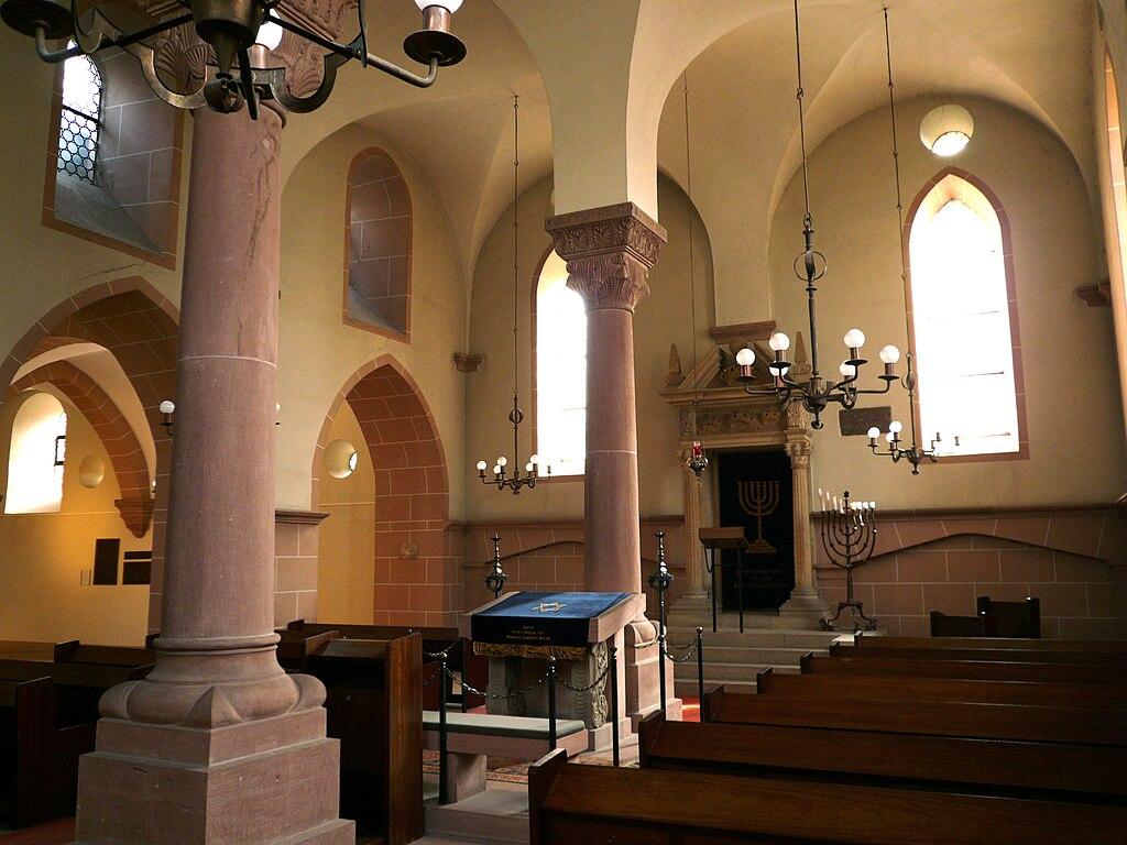 Synagoge Worms, Innenraum. Blick nach Nordosten in die Männersynagoge,im Hintergrund die Frauenschul (UNESCO-Welterbe SchUM-Stätten)