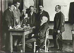 ويليام ماكسميليان واندت (جالساً) كان عالم نفس ألماني، ويعزى إليه علم النفس التجريبي.