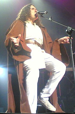 """Weird Al"" Yankovic cantando ""The Saga Begins"", em 2007"