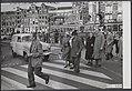 Zebrapaden, trams, bejaarden, Muntplein, Bestanddeelnr 073-0450.jpg