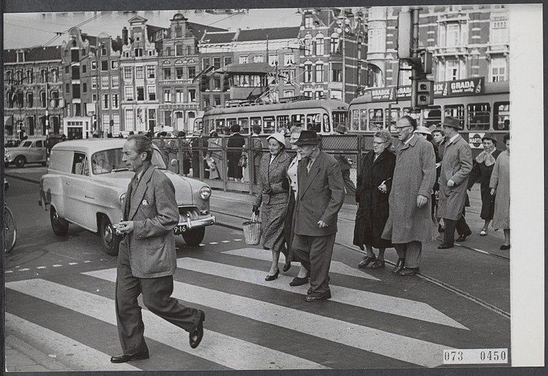 File:Zebrapaden, trams, bejaarden, Muntplein, Bestanddeelnr 073-0450.jpg