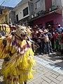 """""""El Tigre"""" bailando, cargando """"al Monito"""" al ritmo de los tambores.jpg"""