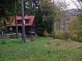 Štěchovice, Ztracenka, chata poblíž hřiště, rozcestník.jpg