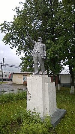 Памятник В.И.Ленину на станции Шарья - panoramio.jpg