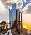 מגדל משרדים ובית משוחזר בשרונה בשקיעה.jpg