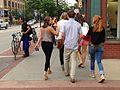 ボルダーを歩くコロラド大学生ら.JPG