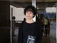 劉康攜帶《輕論時政》身處金鐘高等法院門口.jpg