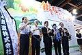 07.21 副總統出席「2017台灣美食展繽紛食代開幕典禮」,與貴賓們於攤位前合影 (36017987026).jpg