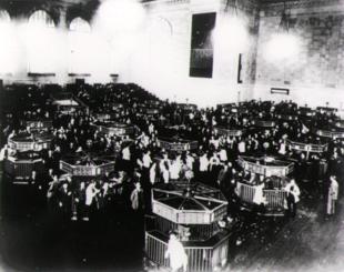 La sala di contrattazione azioni del New York Stock Exchange appena dopo il crollo del 1929.