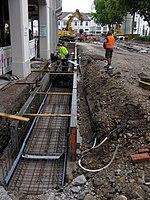 2017-08-31, Kanal- und Gleiserneuerung auf der Freiburger Kaiser-Joseph-Straße, Betonierung eines Bächles.jpg