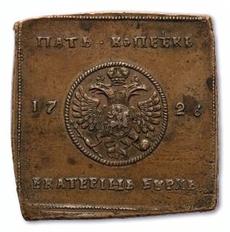Eine quadratische Kupfermünze, in der Mitte ist ein rundes Medaillon mit Wappenadler eingeprägt