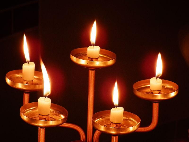 File:5 brennende Kerzen.JPG