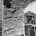 Aanzet van lagere boog een hogere doorbraak in de toren. - Batenburg - 20028340 - RCE.jpg
