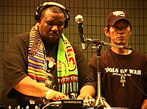 Afrika Bambaataa (links) in Tokio (2004)