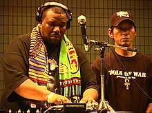 Afrika Bambaataa et DJ Yutaka DJing en 2004