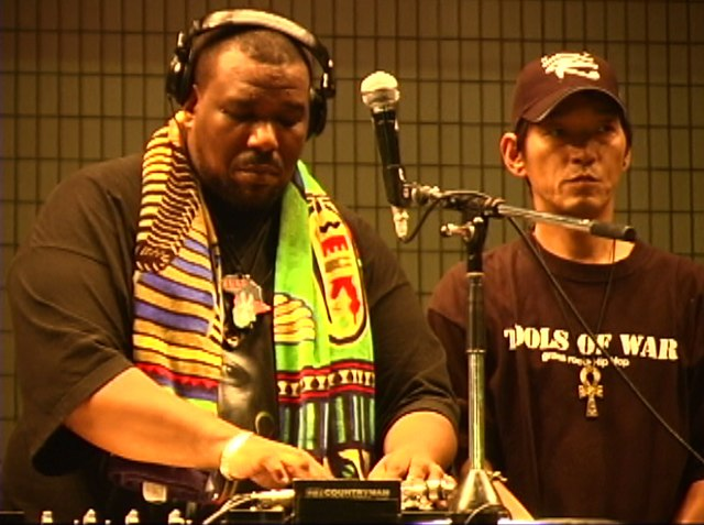 Datei:Afrika Bambaataa and DJ Yutaka (2004).jpg