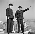 Agenten van de wasserschutzpolizei met rechts Willy Steeger op hun boot, Bestanddeelnr 254-1517.jpg
