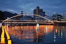 Lễ hội Obon với nghi thức thả đèn lồng tōrō nagashi trên cầu Albuquerque bắc qua sông Sasebo, thành phố Sasebo, tỉnh Nagasaki.