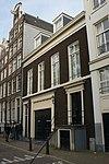 foto van Laag vier vensters breed huis met gevel onder rechte lijst en met deuromlijsting