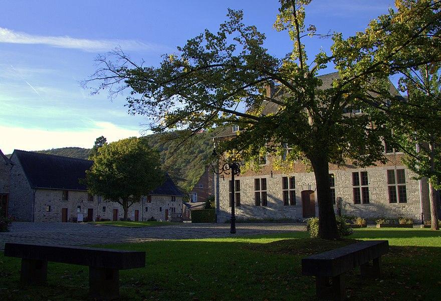 Les bâtiments ayant appartenu à l'ancienne Seigneurie de Godinne, à savoir: la tour de l'église Saint-Pierre, le château style Renaissance espagnole y accolé et la grande ferme (avec corps de logis, écuries, grange, etc.), séparée des édifices précédents par la route de Rouillon (M) et ensemble formé par les édifices précités et leurs abords (S)