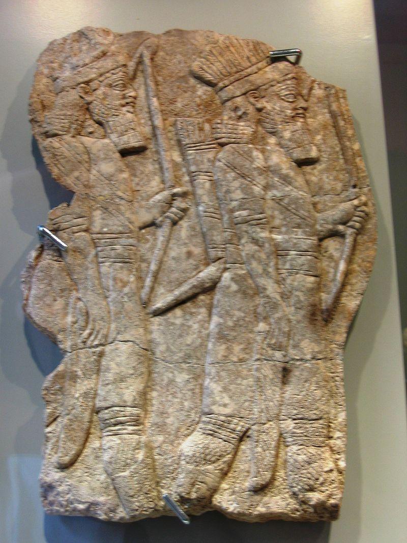 Arcieri elamiti in alta uniforme e copricapo piumato, epoca di Assurbanipal, calcare alabastrino, rilievo dal Palazzo di Ninive.JPG