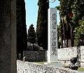 Arnaldo Pomodoro, Obelisco. Scultura in fiberglass, h. 7m. Gardone Riviera, Vittoriale degli Italiani.jpg
